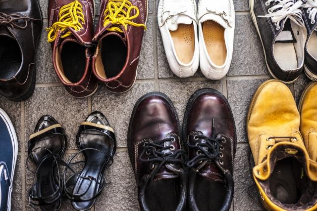 玄関の革靴とスニーカー
